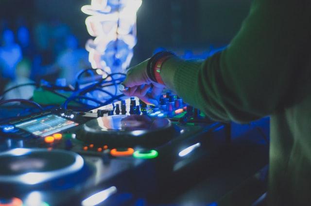 Read more about the article תקליטן לחתונה מומלץ! +40 השאלות שאתם חייבים לשאול כל DJ בפגישת היכרות!